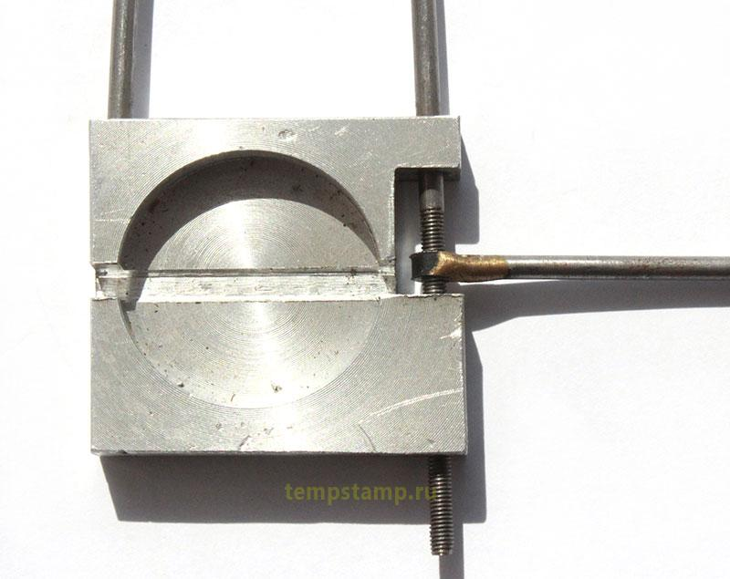 Door sealing device
